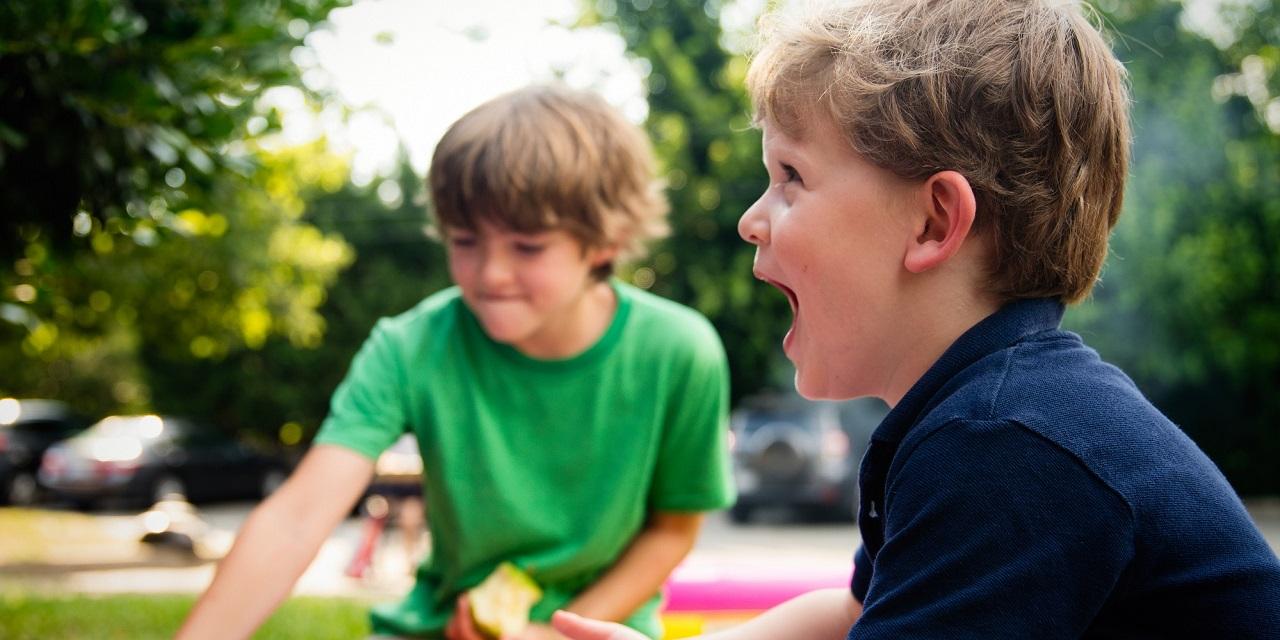 Zwei Jungs beim Spielen
