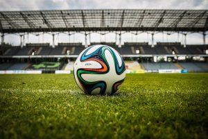 Fußball auf Rasen im Stadion - Public Viewing